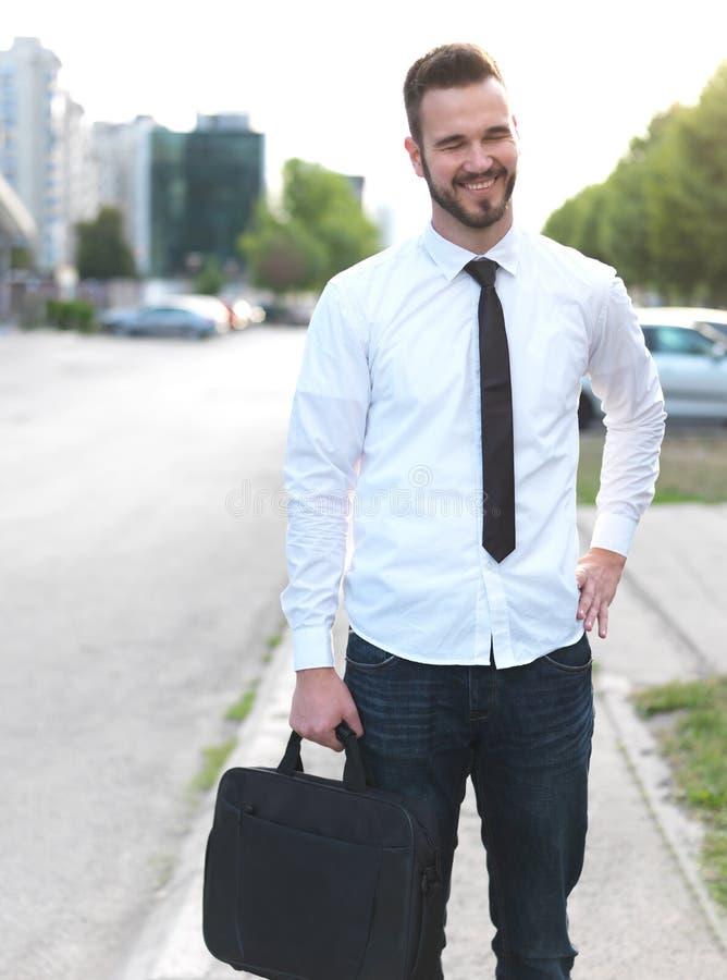 友好和微笑的英俊的商人 免版税库存图片
