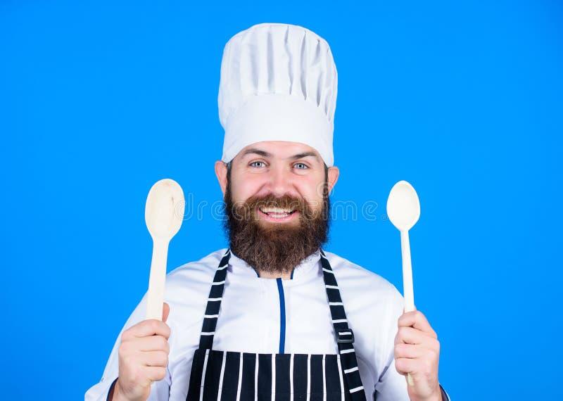 友好查找 素食主义者 有胡子的成熟厨师 有胡子的人厨师在厨房里,烹饪 健康食物烹调 在白色的背景主厨查出的人 库存图片