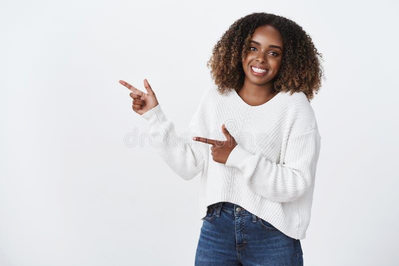 友好活泼的宜人的快乐非裔美国人女性工友白色毛线衣微笑的高兴神色的照相机 免版税库存照片