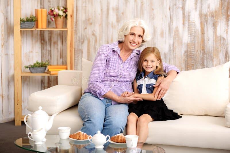 友好的一起招待祖母和的孙 库存图片