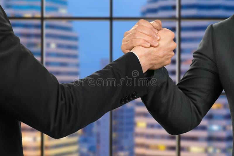 友好的商人握手 库存图片