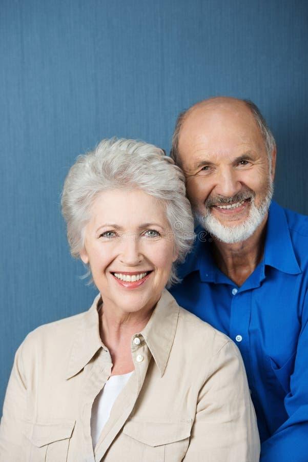 友好的微笑的资深夫妇 图库摄影