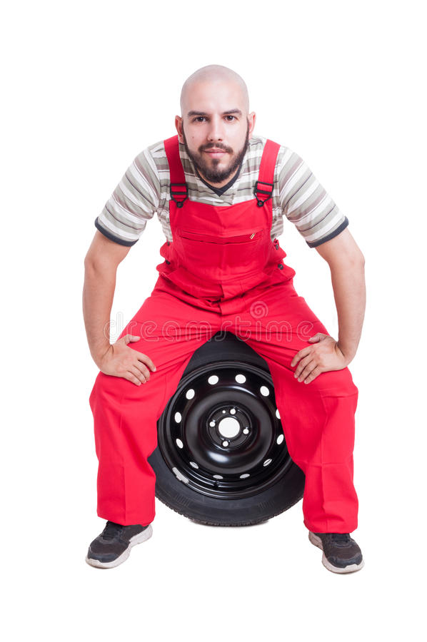 友好的技工坐车轮 库存照片