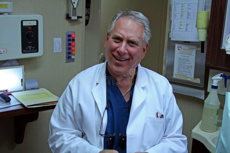 友好的牙科医生他的办公室 免版税库存照片