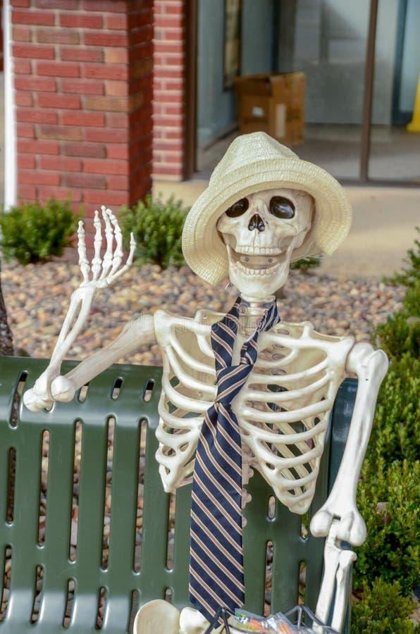 友好的男性骨骼挥动你好 免版税库存照片