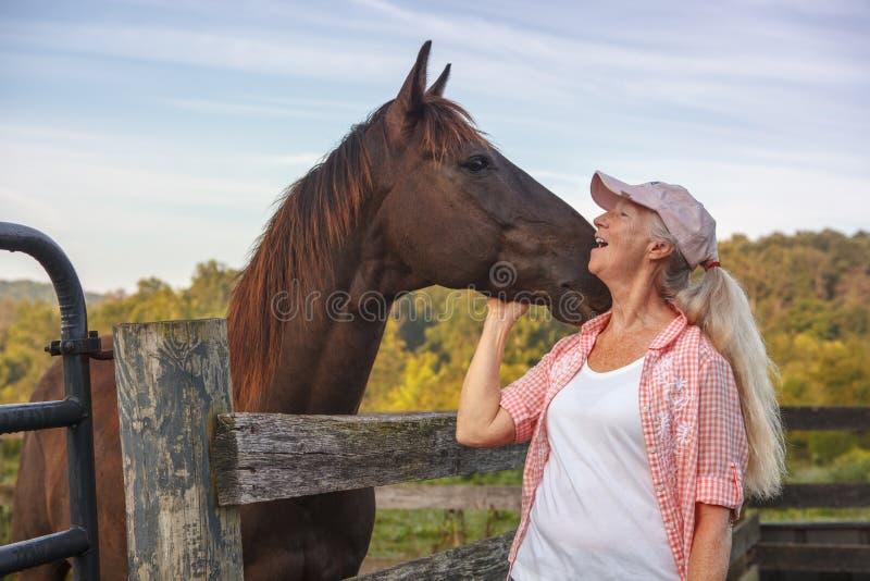 友谊妇女和马 免版税库存图片