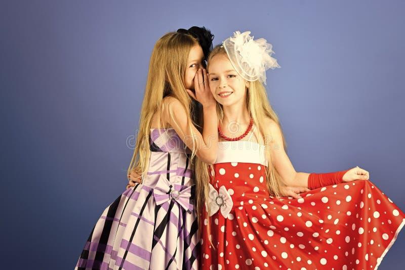 友谊,神色,美发师,婚姻 时兴的礼服的,正式舞会小女孩 家庭时装模特儿姐妹,秀丽 库存图片