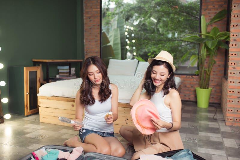友谊 旅行 包装trav的两个亚裔少妇朋友 库存图片