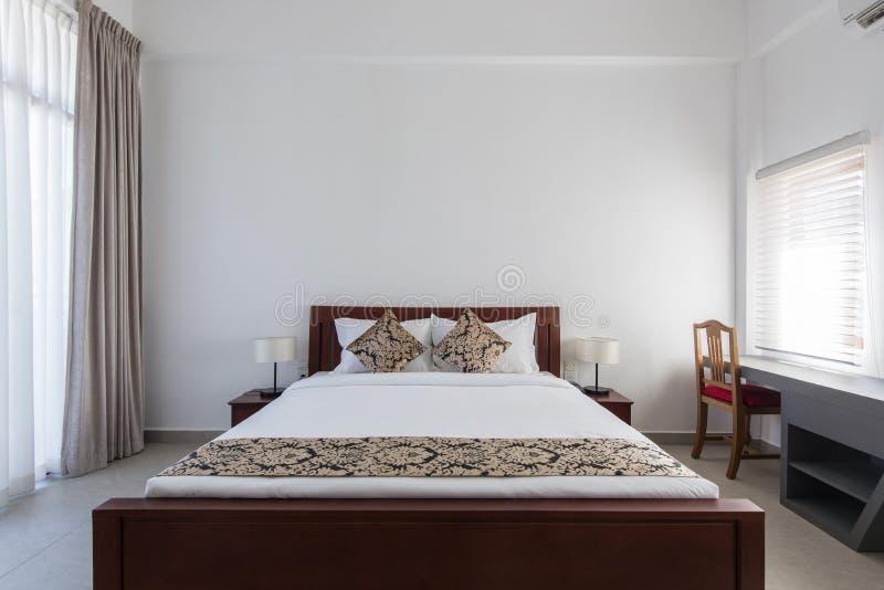 双人床在卧室在家或汽车旅馆旅馆 免版税库存图片