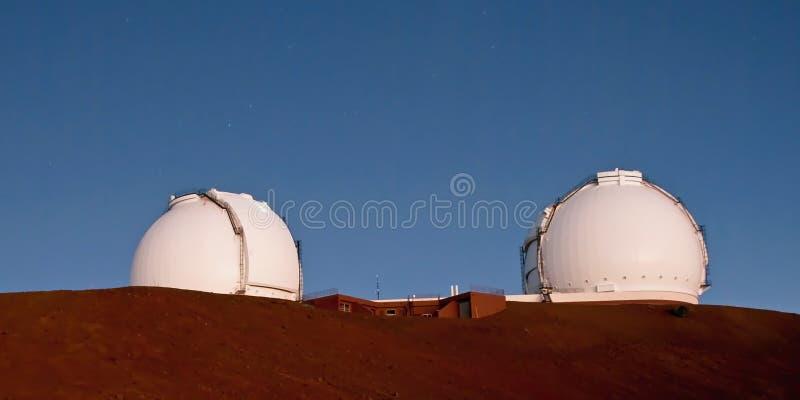 双子星座在大岛的夏威夷a冒纳凯阿火山观测所挤撞 免版税库存图片