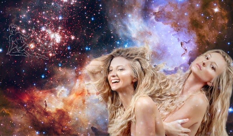 双子星座黄道带标志 占星术和占星,星系背景的美女双子星座 免版税库存照片