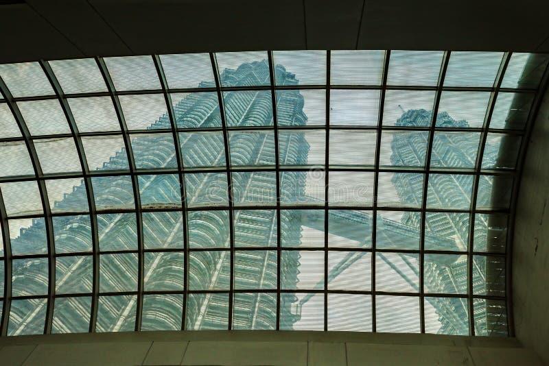 双子楼从下面 免版税图库摄影