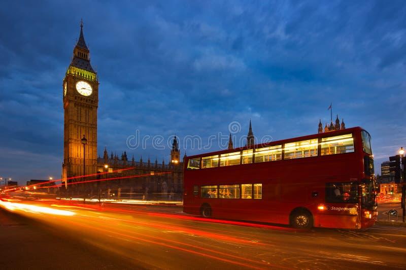 双层汽车和大本钟在伦敦,英国 免版税库存照片