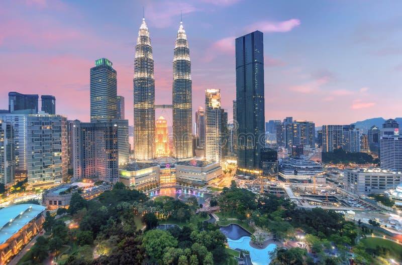 双峰塔在晚上在吉隆坡,马来西亚 免版税图库摄影