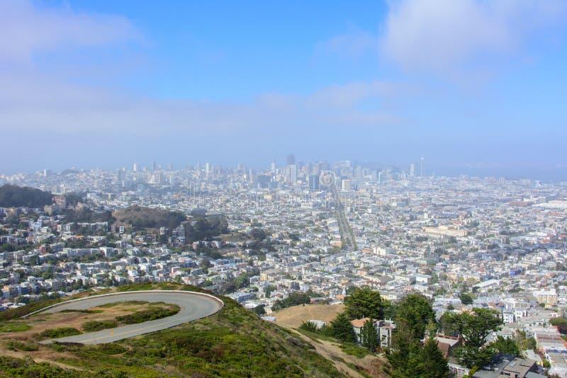 从双峰顶小山的旧金山市,加利福尼亚,美国 免版税库存照片