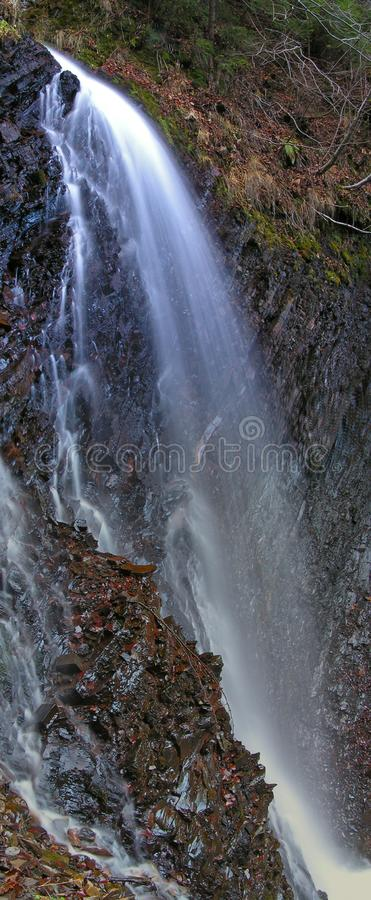 双曲线(喀尔巴阡山脉的瀑布) 库存图片