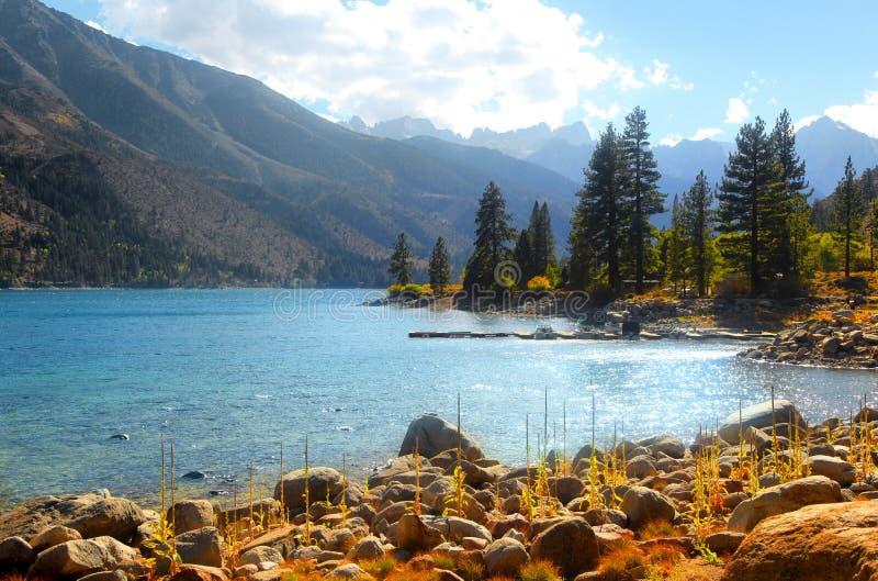 双湖风景在加利福尼亚山脉山 免版税库存图片