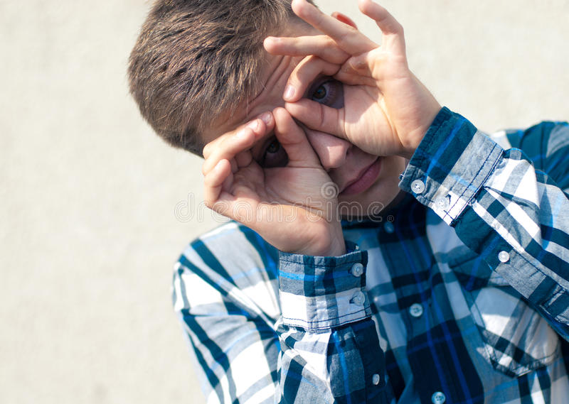 双眼玻璃英俊的查找的人年轻人 免版税库存照片