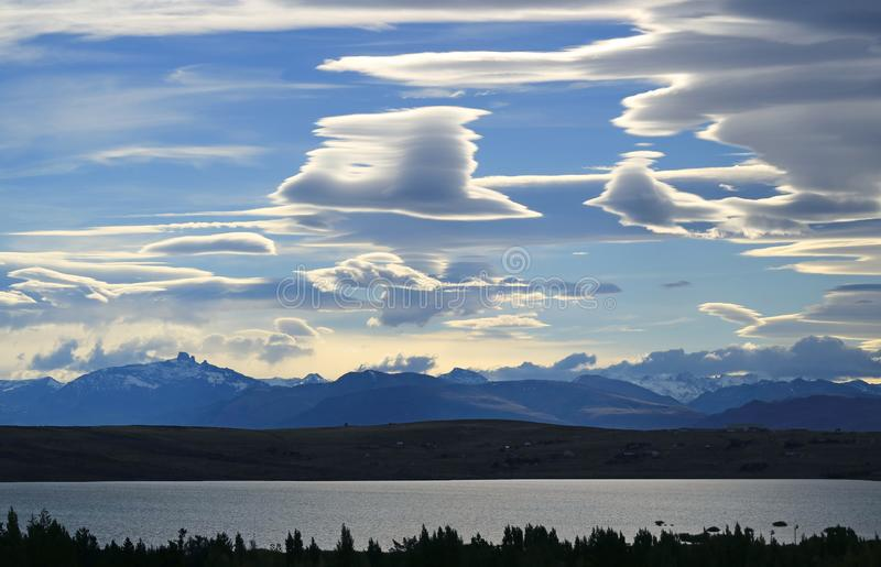 双突透镜的云彩惊人视图在平衡的天空的在Argentino湖在埃尔卡拉法特,巴塔哥尼亚,阿根廷,南美洲 库存照片