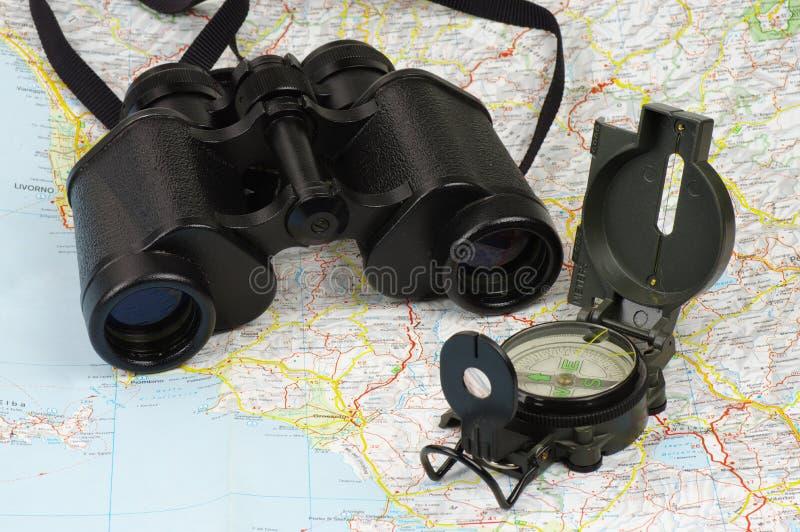 双筒望远镜、指南针和地图 免版税图库摄影