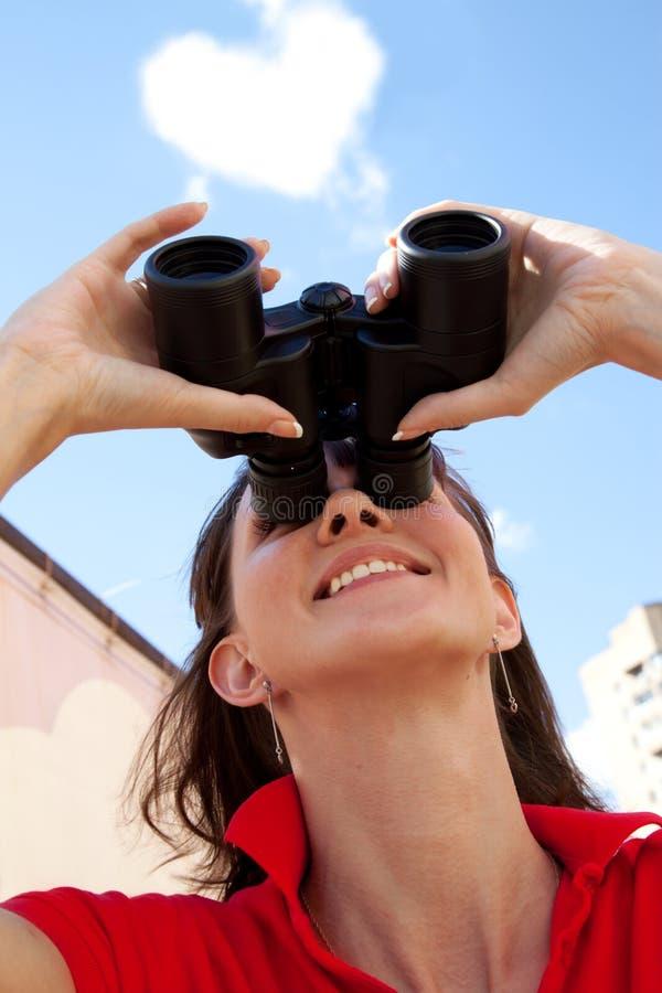 双筒望远镜云彩女孩重点 库存照片
