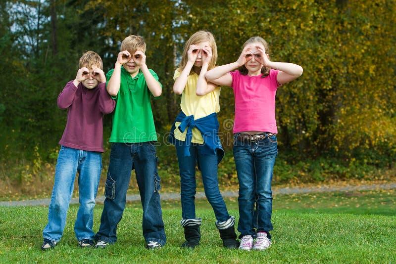 双筒望远镜假组孩子 库存图片
