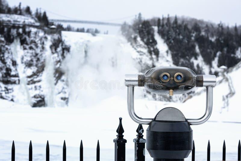 双筒望远镜和瀑布 库存图片