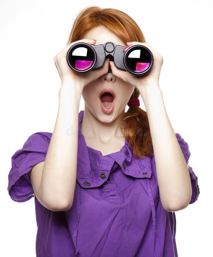 双筒望远镜女孩头发红色青少年 图库摄影