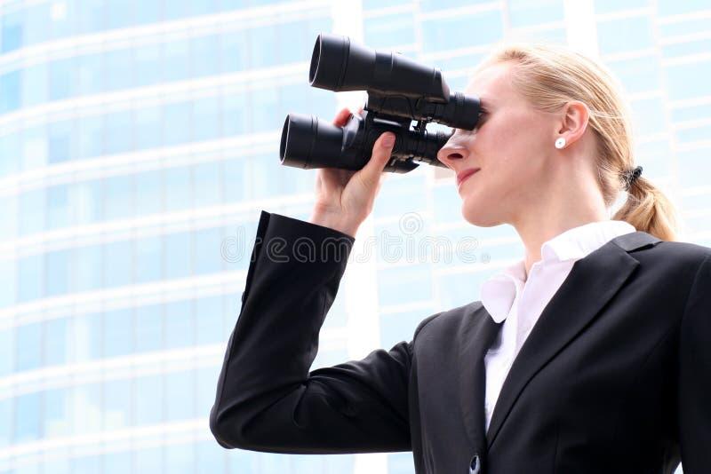 双筒望远镜女实业家使用 免版税库存照片