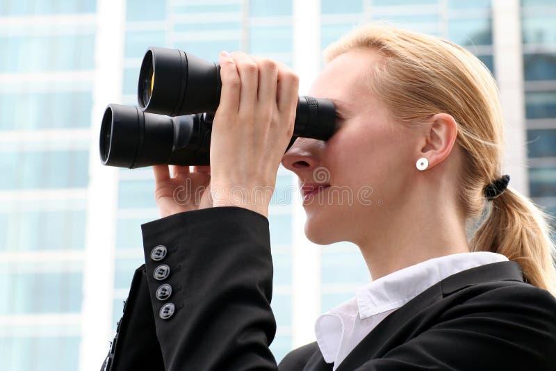 双筒望远镜女实业家使用 免版税库存图片