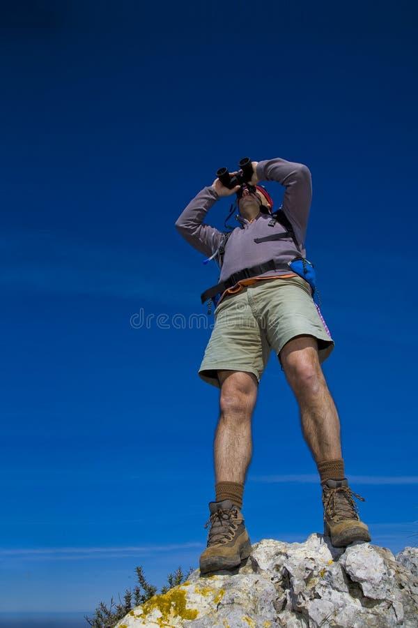双筒望远镜登山家观察通过 免版税库存照片