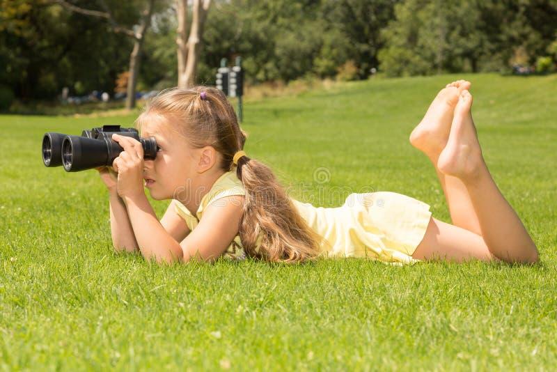 双筒望远镜的女孩Lokking 图库摄影