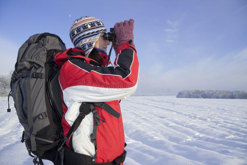 双筒望远镜远足者妇女 库存照片