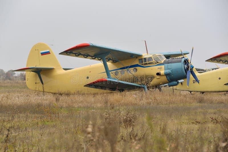 双翼飞机在柏油碎石地面 库存图片