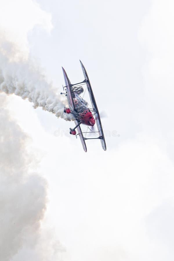 双翼飞机的垂直的照片 库存图片
