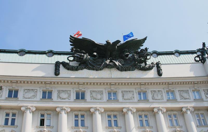 双老鹰朝向雕塑 免版税图库摄影