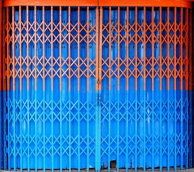 双色的可撤回的可折叠金属门 免版税库存图片