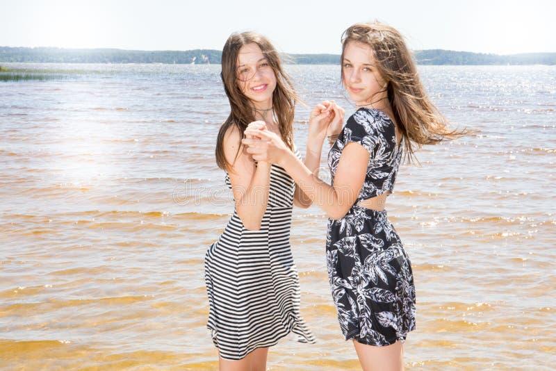 双逗人喜爱的使用在海滩的秀丽十几岁的女孩 图库摄影