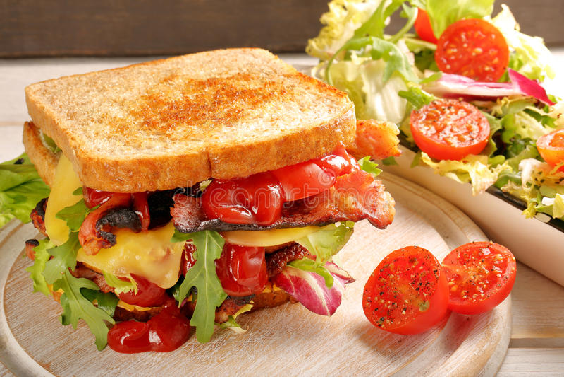 双重三明治用烟肉乳酪和莴苣 库存照片