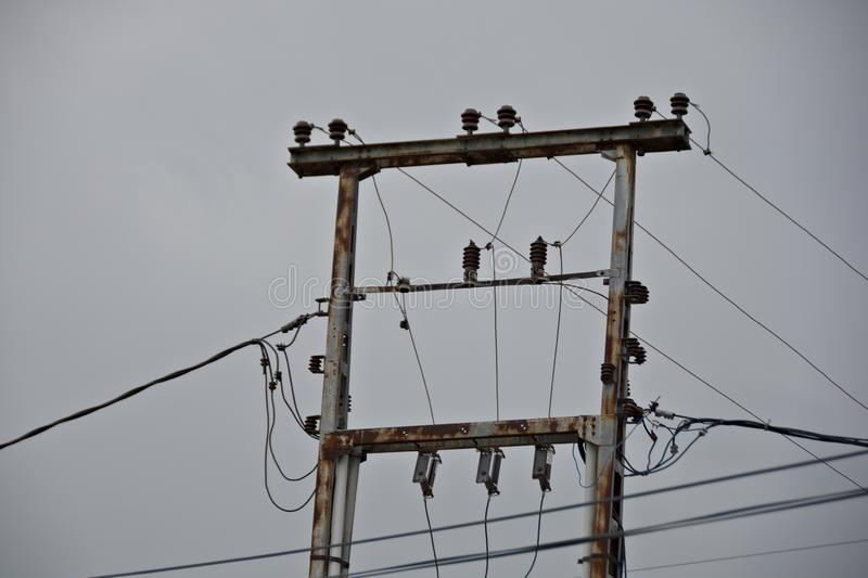 双重与高压导线的金属电子柱子  免版税库存照片