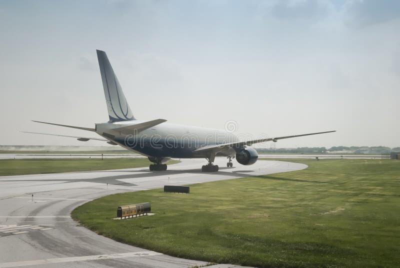 双重引擎乘客私人喷气式飞机着陆 库存照片