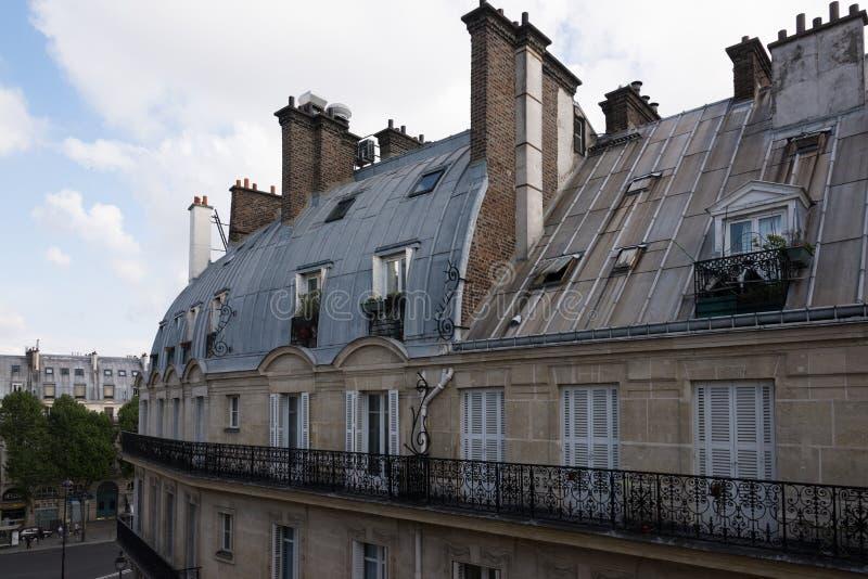 巴黎双重斜坡的四边形屋顶  库存照片