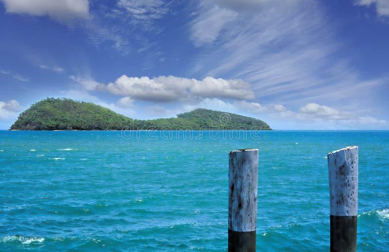 双重海岛三位一体海滩的一个附近的海岛 库存照片