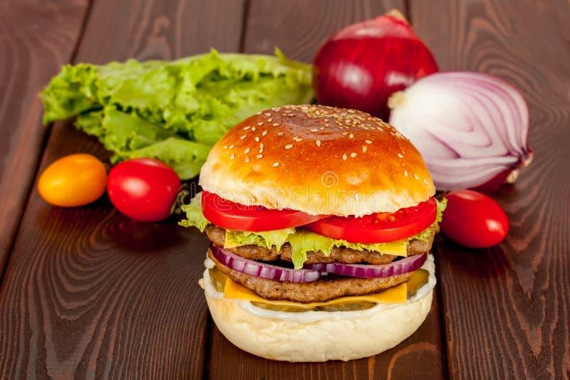 双重牛肉汉堡 免版税库存图片
