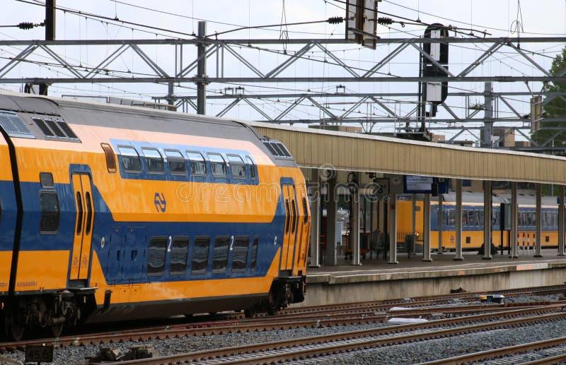 双重甲板火车平台莱顿火车站 库存图片