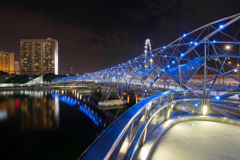 双重螺旋桥梁在新加坡在晚上 库存图片