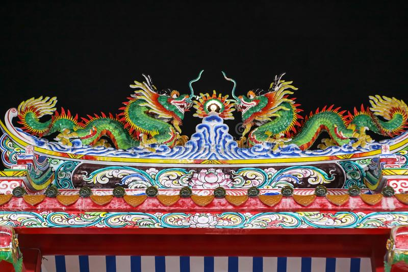 双重龙艺术在龙门中国寺庙顶部的 图库摄影