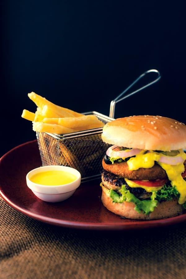 双重BBQ牛肉汉堡用炸薯条&垂度调味汁 库存照片