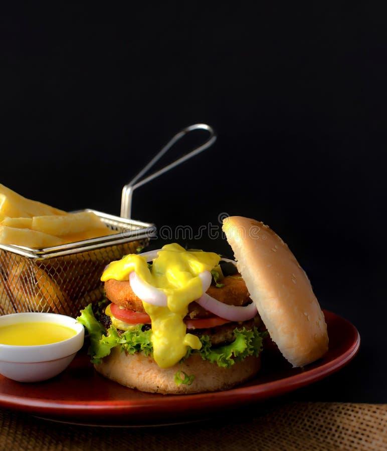 双重BBQ牛肉汉堡用炸薯条&垂度调味汁 免版税图库摄影