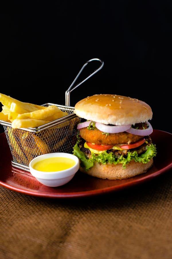 双重BBQ牛肉汉堡用炸薯条&垂度调味汁 免版税库存照片